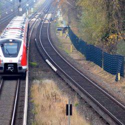 Ein neuer Stahlmattenzaun an der S-Bahn in Hamburg.