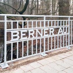 """Schrifzug """"Berner Au"""" an einem Gländer an der Berner Allee."""
