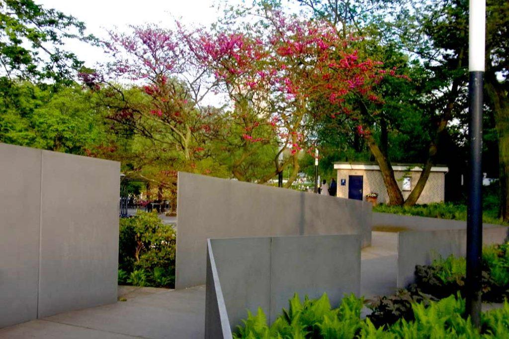 Planten un Blomen - Judasbaum und Stahlrampe:  Der Eingang zu Planten un Blomen unterm Fernsehturm mit der von Gawron gebauten Stahlrampe. Im Hintergrund der blühende Judasbaum.