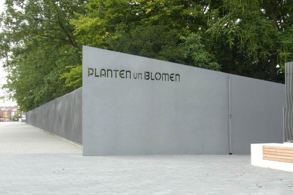 Eingan von Planten un Blomen am Hamburger Fernsehturm mit der von Gawron gebauten Stahlrampe.