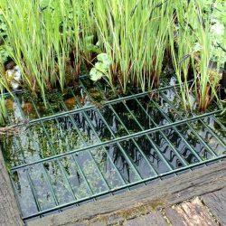 Ein ganz kleiner Teich mit einer Stahlmatten Abdeckung.