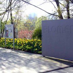 Eingangstor zur Parkanlage Planten un Blomen in Hamburg mit Blick auf blühende Osterglocken.