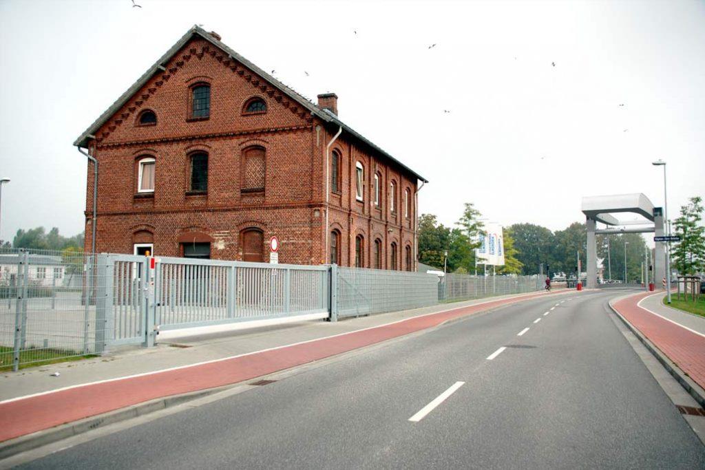 Sicherheitseinfriedung mit Stahlmattenzaun, Tür und Schiebetor an den Stadtwerken Emlshorn mit Blick zur Hafenspange.