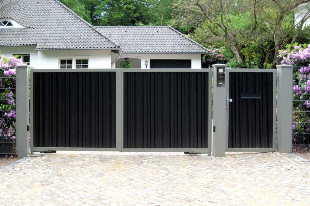 Blickdichtes Drehflügeltor und Tür mit elektrischem Antrieb.