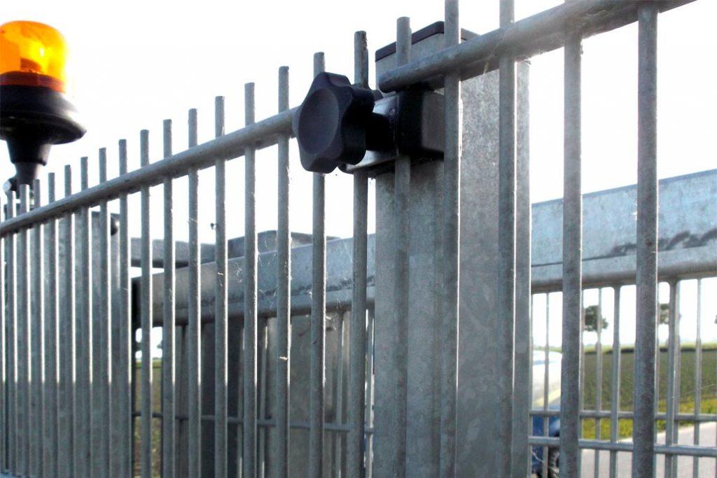 Detail einer Stahlmatte mit enger Maschung von 25 x 200 mm als Durchgreifschutz an einem automatischen Schiebetor.