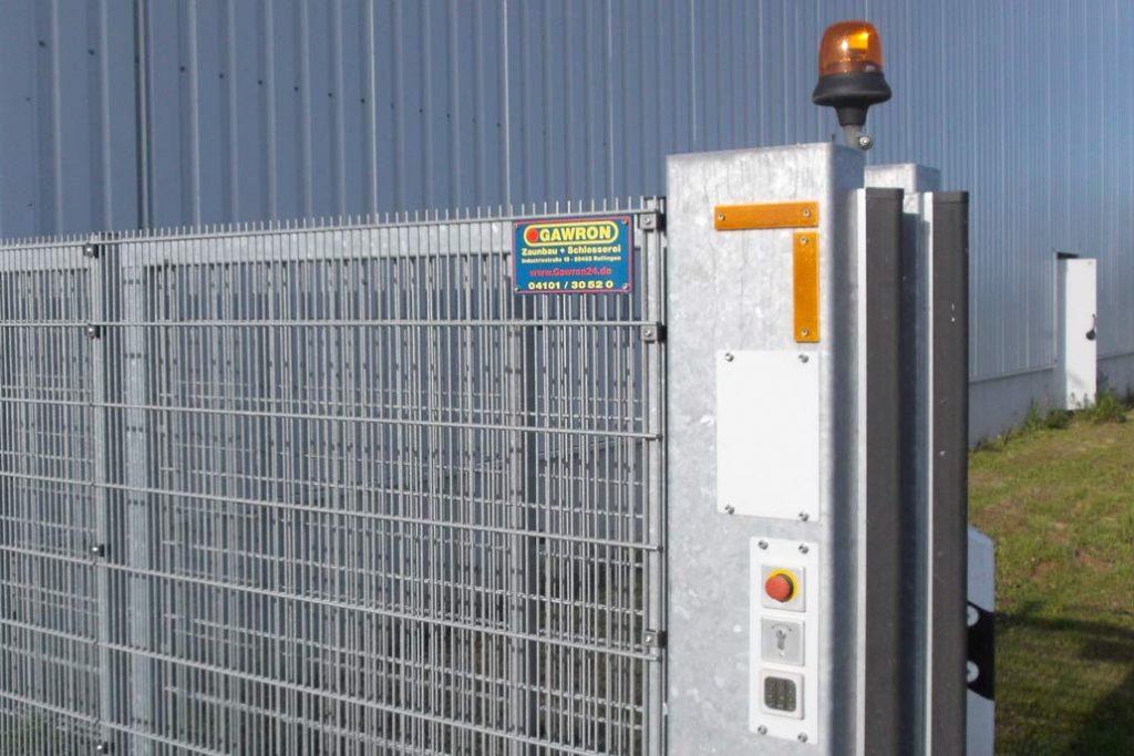 Stahlmatten Durchgriffschutz an einem elektrisch angetriebenen Schiebetor.